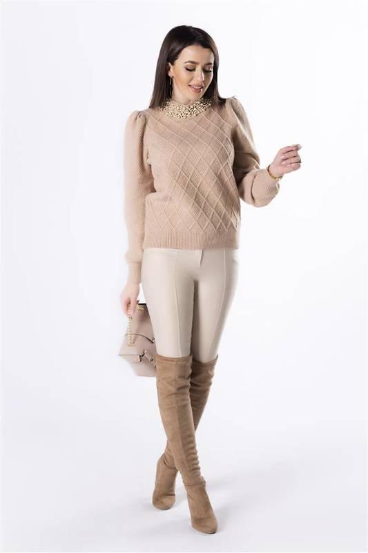 sweter z bufiastymi rękawami i perełkami na golfie